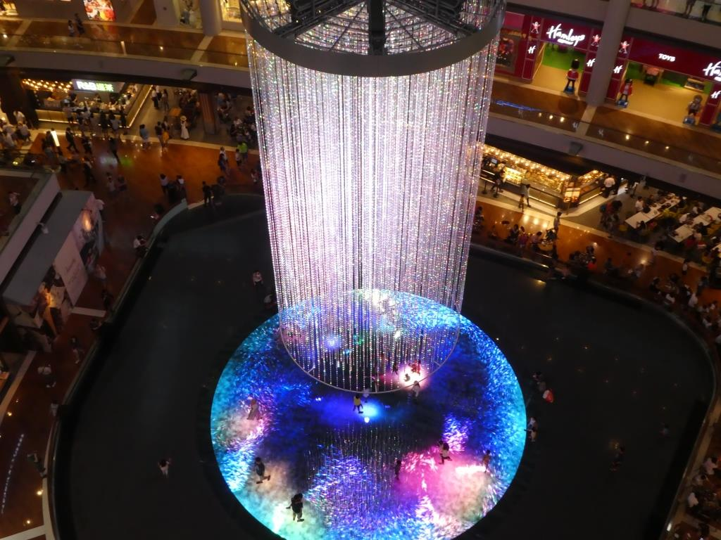 intérieur de Marina Bay Sands, devant le Skyline